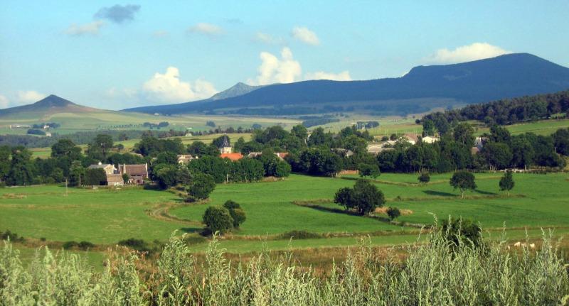 le bourg de Moudeyres avec en arrière plan le Mézenc et l'Alambre